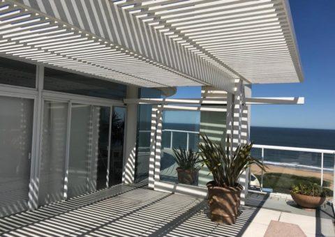 Pérgola para galería de Penthouse, realizada en aluminio tubular blanco, zona Playa Brava Punta del Este