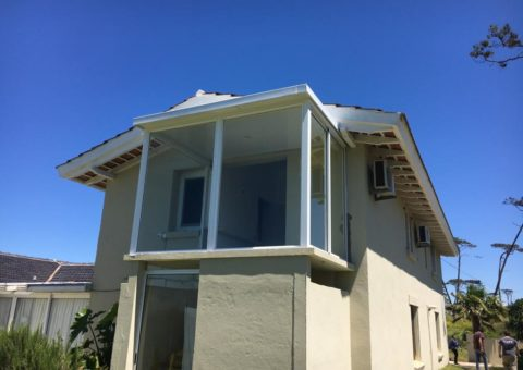 Ampliación realizada en estructura de tubulares, techo Isopanel, con ventanales de aluminio línea Mecal 25 reforzada, zona Playa Mansa Maldonado