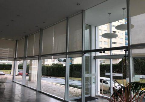 Fachada vidriada hall de entrada de edificio, zona Playa Brava Punta del Este