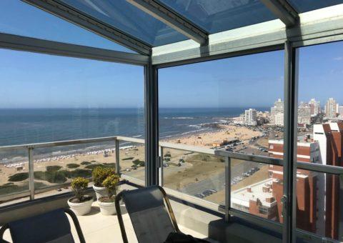 Cerramiento de balcón realizado en techo de cristal y aberturas en aluminio, zona Playa Brava Punta del Este
