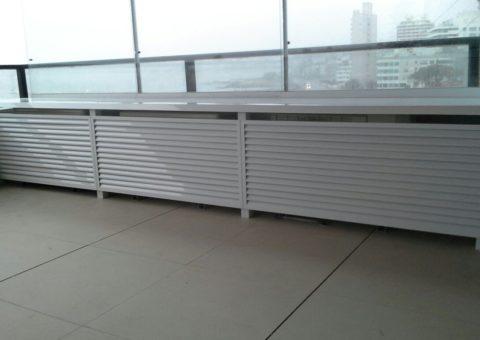 Cerramiento de ventilación para aires acondicionados en aluminio blanco, zona Península Punta del Este