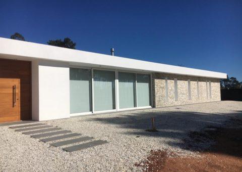 Aberturas de aluminio Línea Summa, en color blanco y doble vidriado hermético, (termopaneles DVH) y vidrios fijos, zona Barrio Privado La Arboleda, Punta del Este