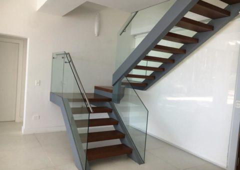 Baranda de escalera de cristales templados laminados con sentriglass de seguridad y pasamano de aluminio, zona Laguna del Sauce