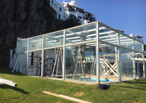 Cerramiento para piscina realizado en techo de Isopanel y aberturas en aluminio, zona Casa Pueblo Punta Ballena.